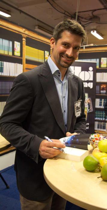 Lars Rambe signerar