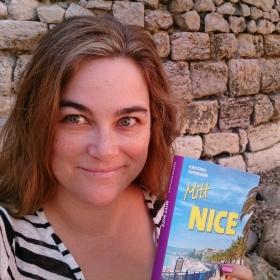 Kristina Svensson med boken Mitt Nice