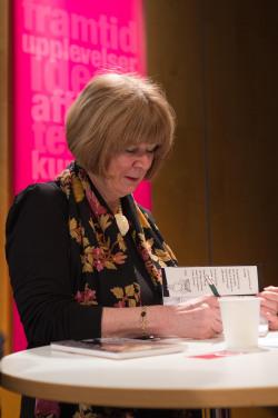 Astrid Boisen signerar
