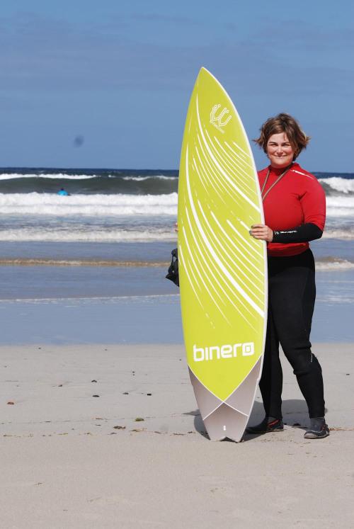 Kristina Svensson med surfbräda från Binero