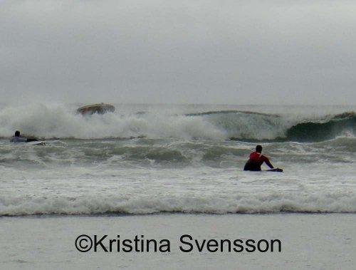 Kristina Svensson på väg ut mot vågorna