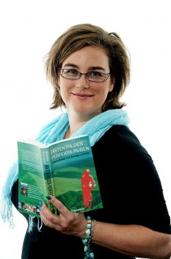 Kristina Svensson med sin debutbok, foto Johan Gustavsson