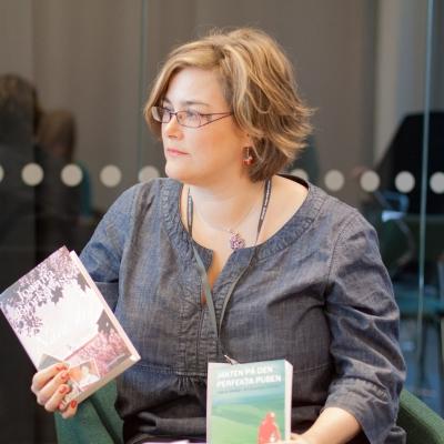Kristina Svensson lyssnar uppmärksamt på en fråga