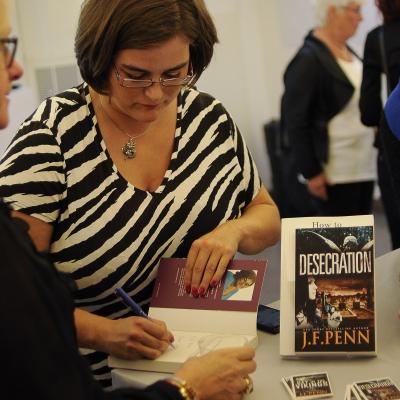 Kristina Svensson signerar.
